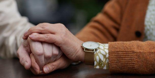 Main aide à domicile personne âgée - Proxidom Services