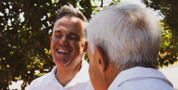 Homme souriant personne âgée - aide à domicile - Proxidom Services